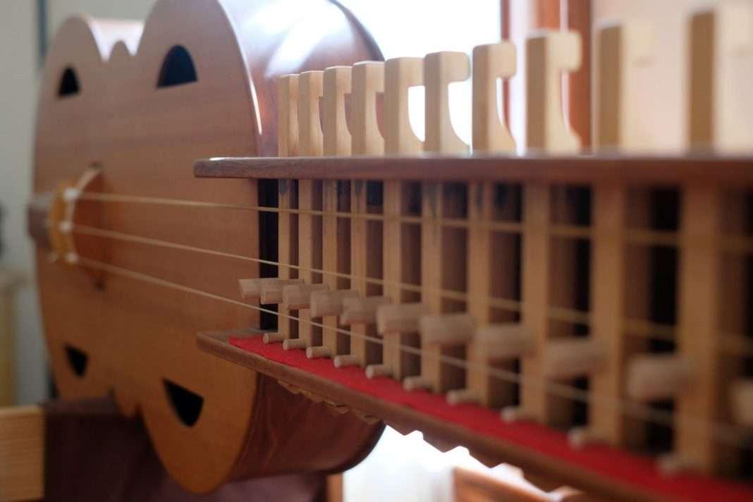 A organistrum, a medieval precursor to the hurdy-gurdy,