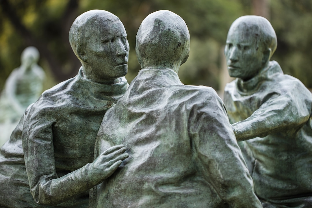 Juan Muñoz, Last Conversation Piece (detail), 1994–1995. Bronze. 66 1/2 x 244 3/4 x 321 1/8 inches. Installation view, The Contemporary Austin – Laguna Gloria